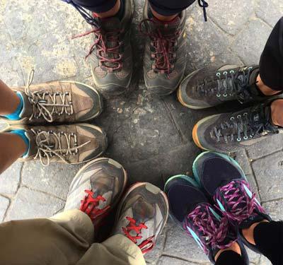 Los pies en el camino de santiago